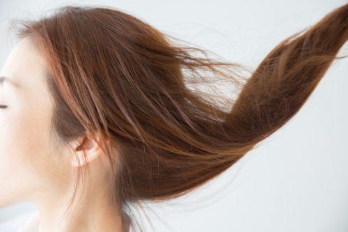 ケラチンケアで髪質を整え、デザインとダメージ補正の調和